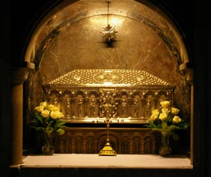 Beneath the high altar you will find the crypt where the silver urn that contains the remains of Saint James is kept.